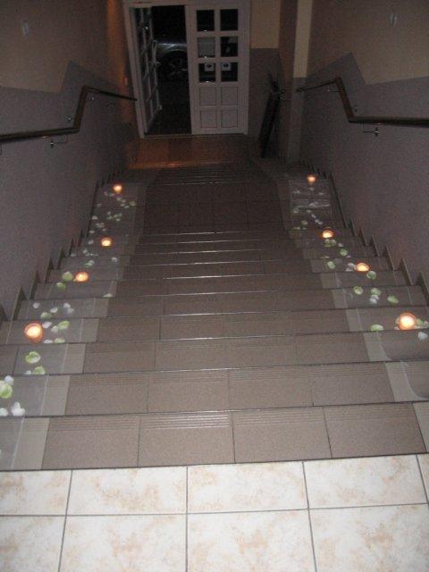 Naše predstavy a skutočnosť.... - ...takto sme mali vyzdobené schody do sáli...