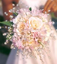 To je ona...a už se dělá. bílé růže, růžové malé lilie...šifonová látka a kamínky