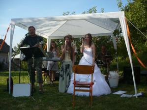 Odpoledne, na zahradě, jsem si zazpívala i já :)