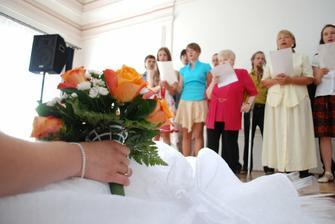 Květina a pěvecký sbor.