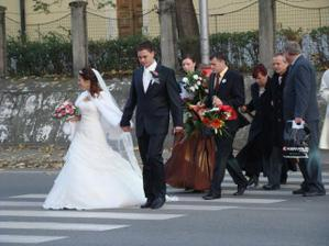 z kostola rovno na hostinu, osláviť  začiatok nášho manželského života