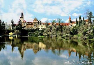 Na Malém nádvoří Průhonického zámku.