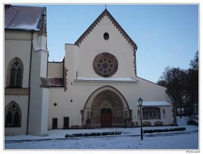 Vstupní portál baziliky kláštera PORTA COELI v Předklášteří