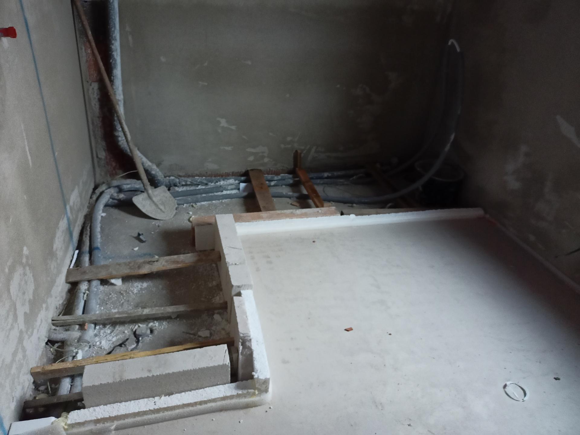 Naše doma - Koupelna v podkroví - nalevo sprchový kout, vpravo vana