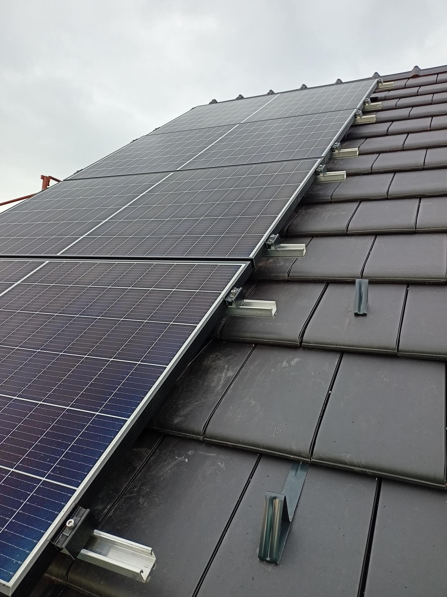 Naše doma - Panely na střeše osazeny