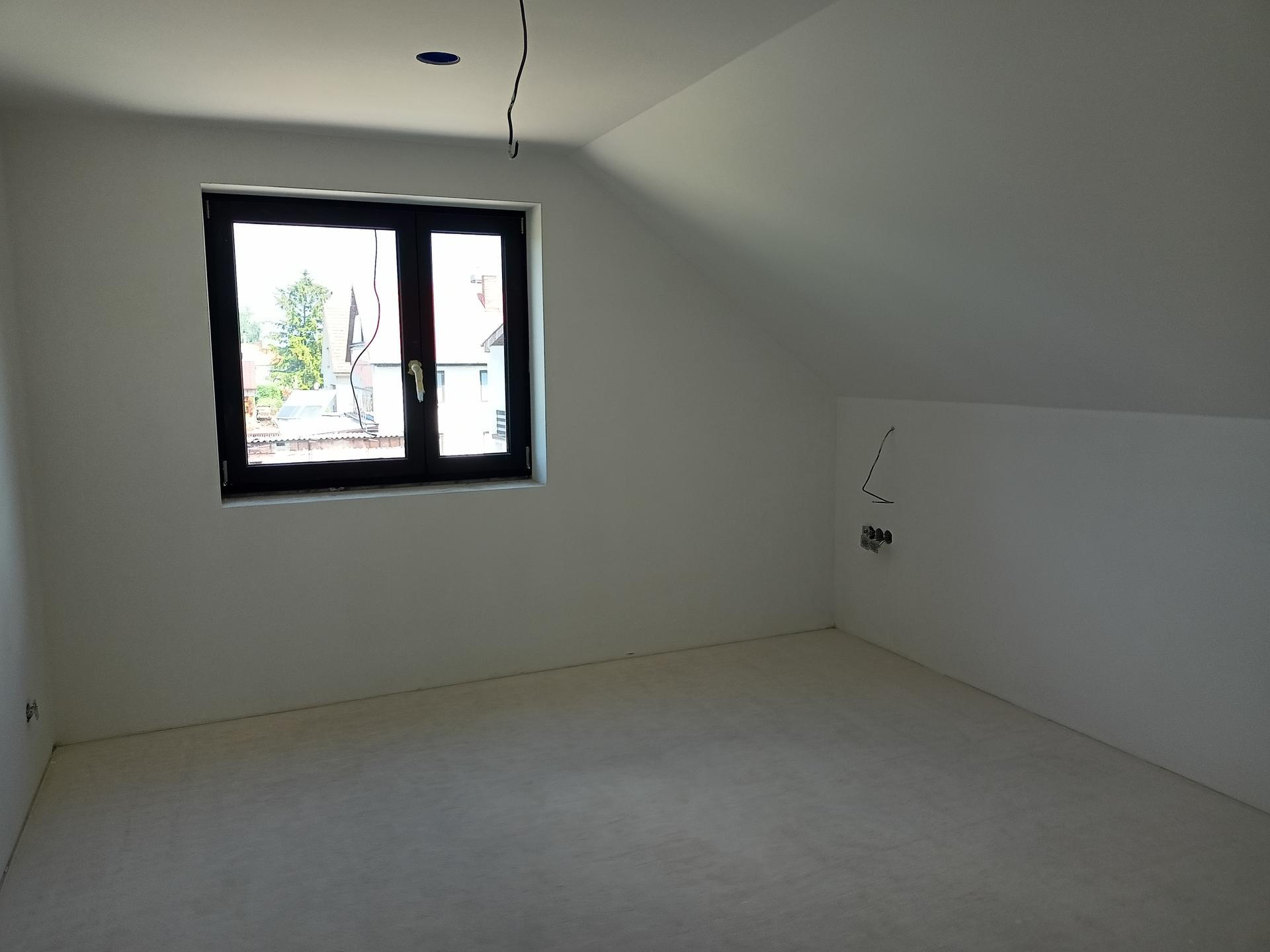 Naše doma - Ložnice vlevo skříň, vpravo postel
