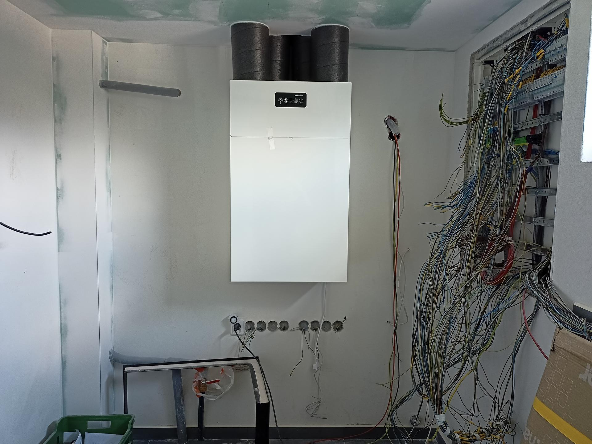 Naše doma - Technicka místnost - rekuperační jednotka a pořád bambilion kabelů