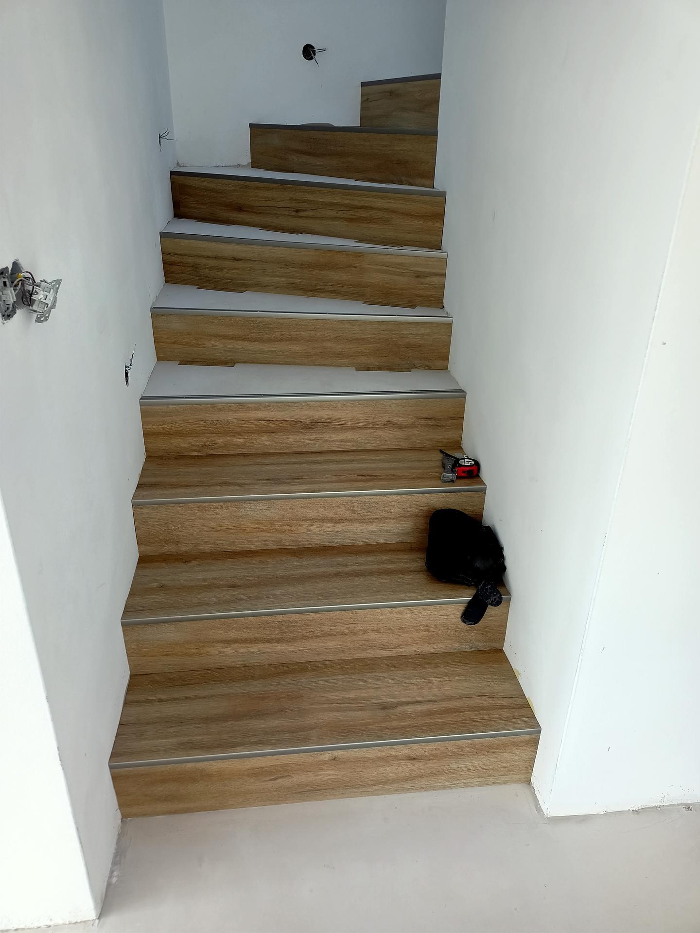 Naše doma - Vinyl na schodech