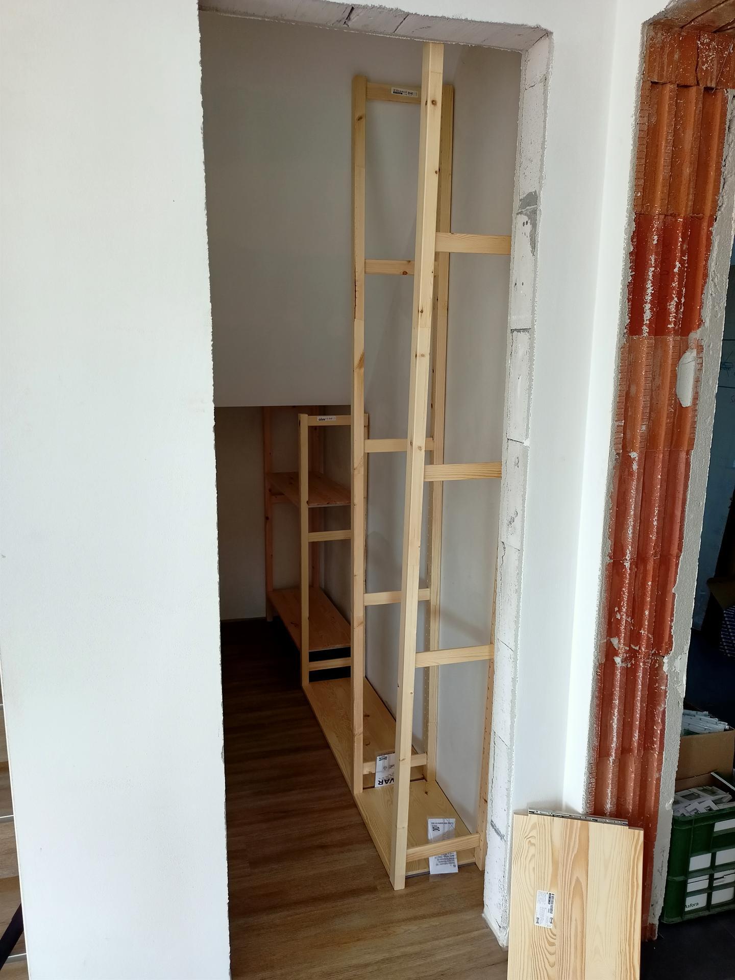 Naše doma - 1. nábytek na svém místě. Zkouška jestli se vejde, ještě se tam bude 1x malovat a dávat podlahové lišty