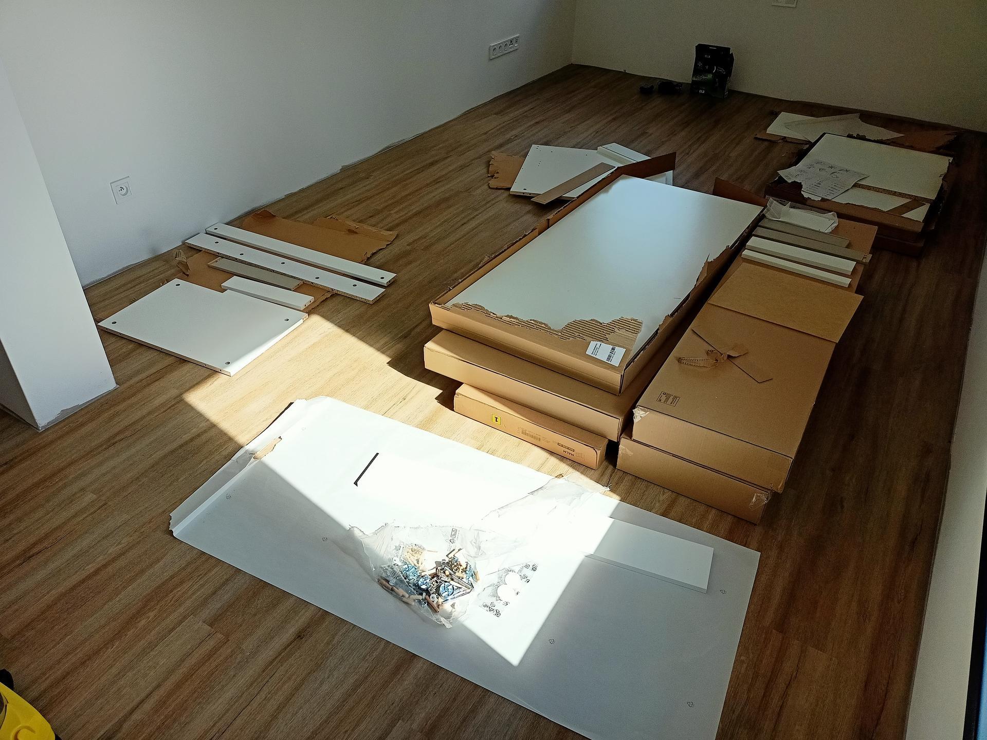 Naše doma - Skládáme nábytek. Ať žije IKEA. Dětské psací stoly