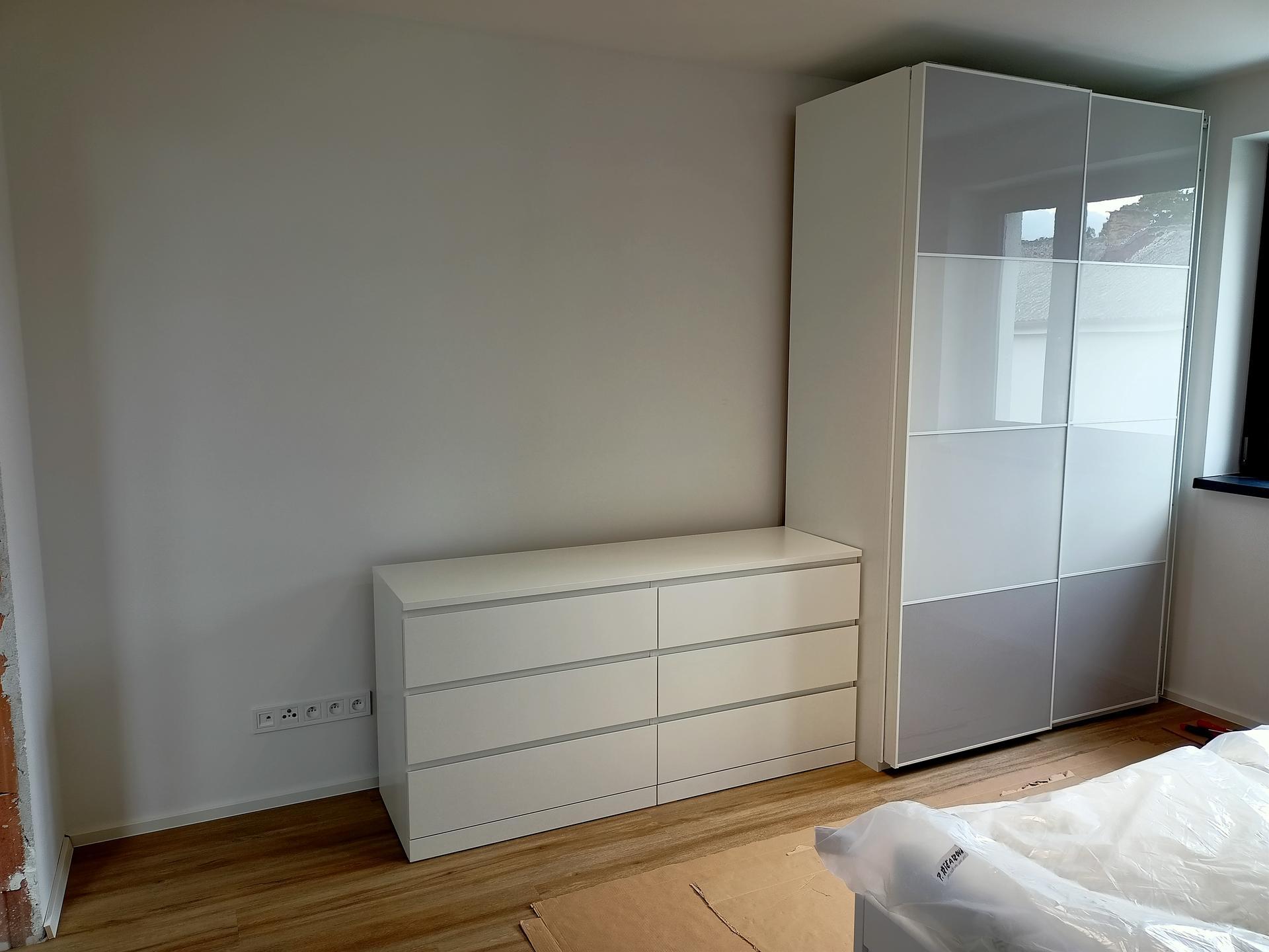 Naše doma - Ložnice. Skříň Pax a komoda malm. Původně měla být ještě jedna ta skříň, ale vypadá lépe jen komoda. Tak to asi zůstane. Komoda bude v ložnici ještě jedna stejná