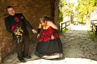 ...a ženicha to evidentně moooc pobavilo... :-D