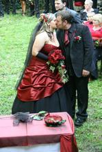 ...předmanželský polibek...
