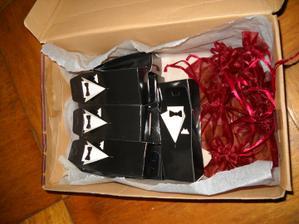 ...tak nakonec vypadaly dárečky - mandličky pro hosty takhle....a sloužily zároveň jako jmenovky - připevnili se na ně motýlci... :-)