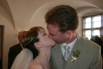 první novomanželské políbení...