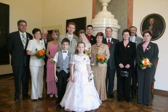 a focení na zámku...byli s námi rodiče, družičky, mládenci a svědci...