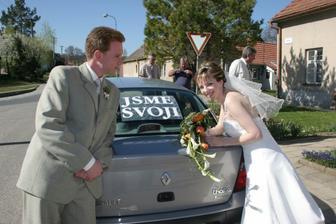 a nápis vzadu na autě...