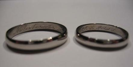 naše prstýnky....trochu rozmazané foto