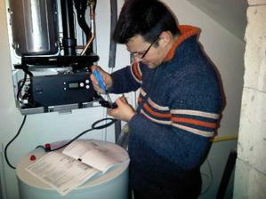 Tatino nam zapaja elektriku na kotli...dufam ze to bude fungovat :o)