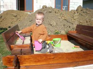 SIce dom je este nedokonceny ale pieskovisko musi byt :o)