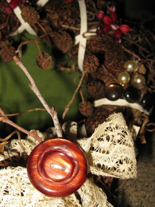 Filidomek - představy - detail adventního věnce. Krajku jsem našla po babičce, stejně tak knoflíky.