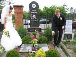 ...položit kytičku na hřbitov...