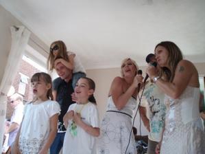 a bolo aj karaoke... vsetci spievali ako besni :)