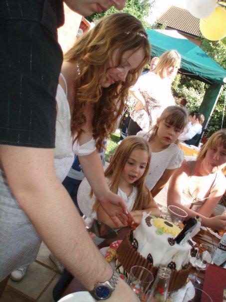 Ivana Drahovska{{_AND_}}Richard Hawkins - mnam mnam torta ktora sa nam skoro roztopila na slniecku :)