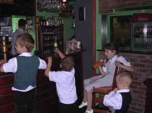 děti vystřídali u baru dospělé