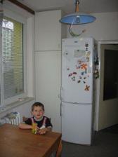 tak spíž už je až ke stropu, ještě chybí skříňky nad ledničku a nade dveře.