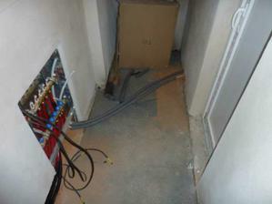 Pod schodami .. dvere do garáže