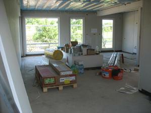 výhled z pracovního koutu na obývák a kuchyňský kout