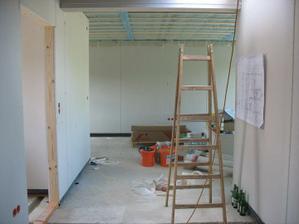 pohled od koupelny do obytného prostoru, nalevo dveře do zádveří, ze kterého je vstup do technické místnosti a na wc