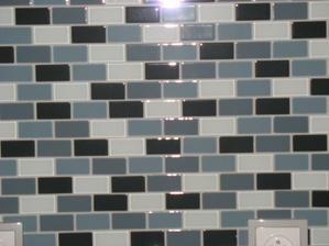 skleněná mozaika-spojující motiv vedoucí přes kuchyń, koupelnu a wc