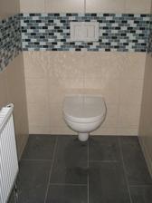 záchod-dlažba je spíše šedá, i když se jmenuje daphne-černá, ale tady je pod vrstvou prachu, takže není moc vidět
