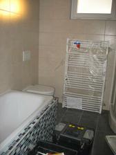 vana, záchod a žebřík-neměl být u záchodu, ale zapomněli udělat přípravu a vyřešili to takto, nejsme nadšení