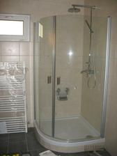 sprcháč-je metrový a je to opravdu velký prostor-sbohem paneláková shnilá sprchová vaničko s okrajem umyvadla :-)