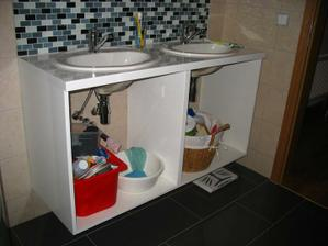 Ani lakovaná koupelnová skříňka ještě není k užitku, navíc truhlář popletl rozměry, takže je menší, ale aspoň sleva byla....udělal by novou, ale bylo nám líto už hotové práce...nicméně ruce a zuby si stále myjem ve vaně....