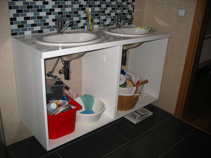 Náš dům - Ani lakovaná koupelnová skříňka ještě není k užitku, navíc truhlář popletl rozměry, takže je menší, ale aspoň sleva byla....udělal by novou, ale bylo nám líto už hotové práce...nicméně ruce a zuby si stále myjem ve vaně....