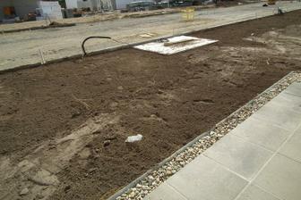 zeminu navozili aj s burinou nech sa na jar nenudíme:-)