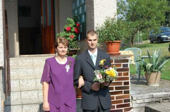 manžel vychází s maminkou z domu