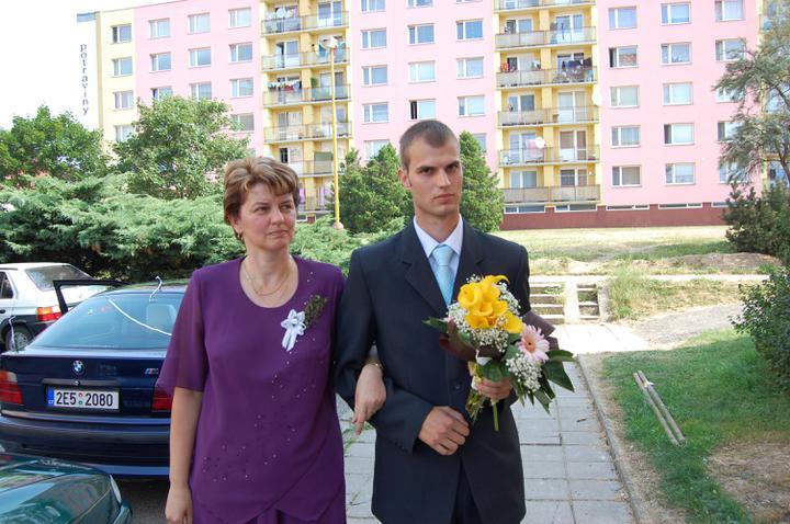 Anna {{_AND_}}Jiří Nájemníkovi - u nevěsty před domem