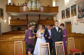 tatínek mě vede k oltáři