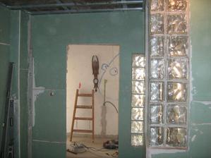 kúpeľňa s oddeleným WC s rohom zo sklobetonu