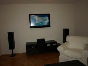 Kable od televizora skryte v stene, skoda ze sme zabudli na kable pre repraky :-(