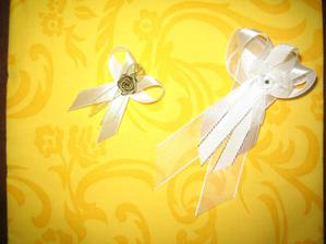 svadobné pierka a servítky na stôl