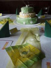 svatební dort, který nakonec vypadal líp než předloha a dekorace vlastní výroby