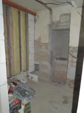 Omlácená koupelnička.. stěna odhlučněná..