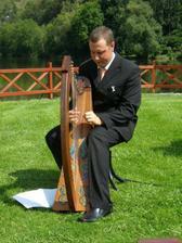Úžasný harfista nám bude hrát na obřadu v zámecké zahradě a snad i na hostině