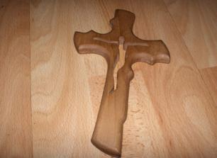 .... krížik, na ktorý budeme prisahať v kostole ....